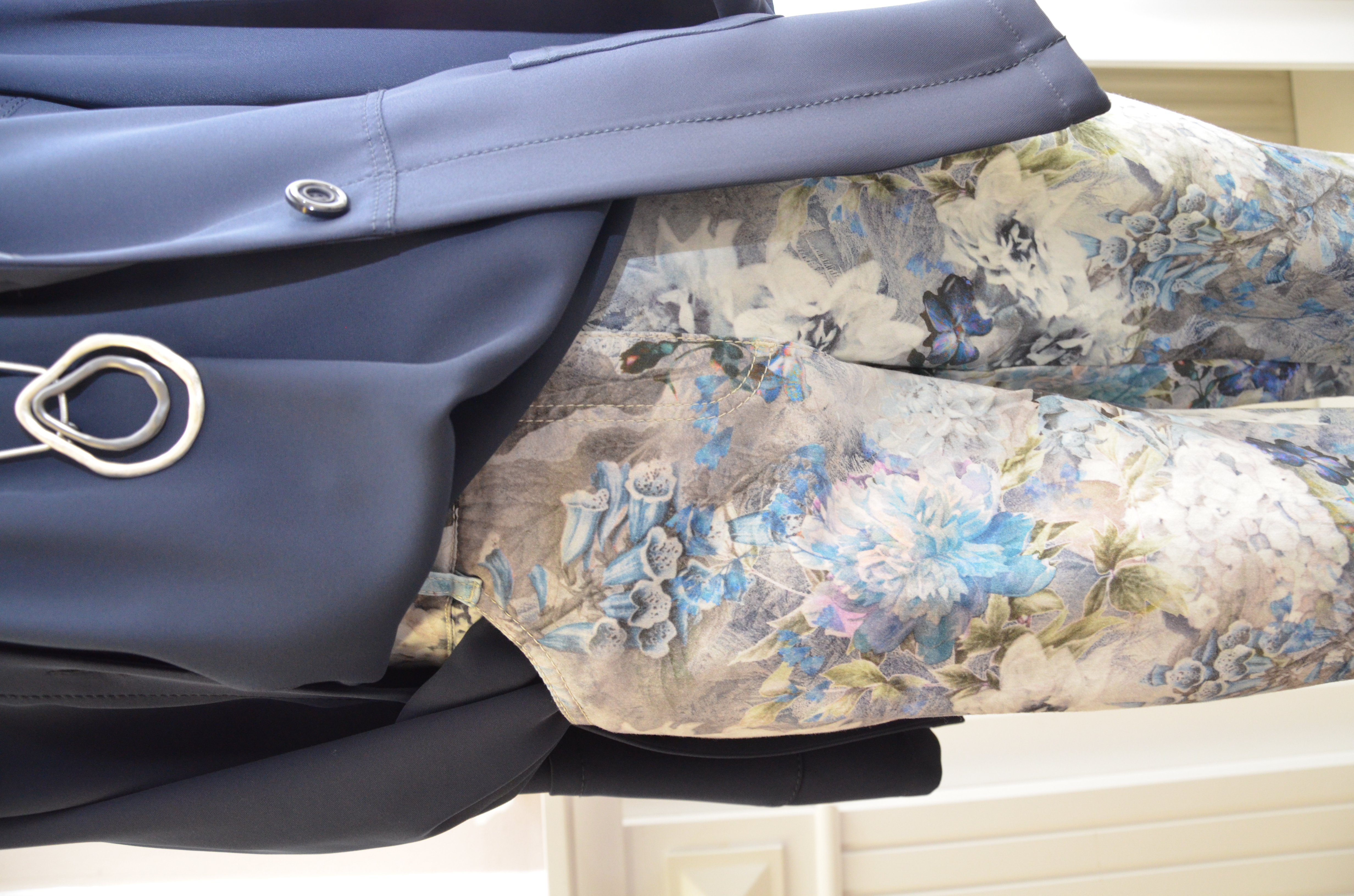 Jeans mit floralem Muster