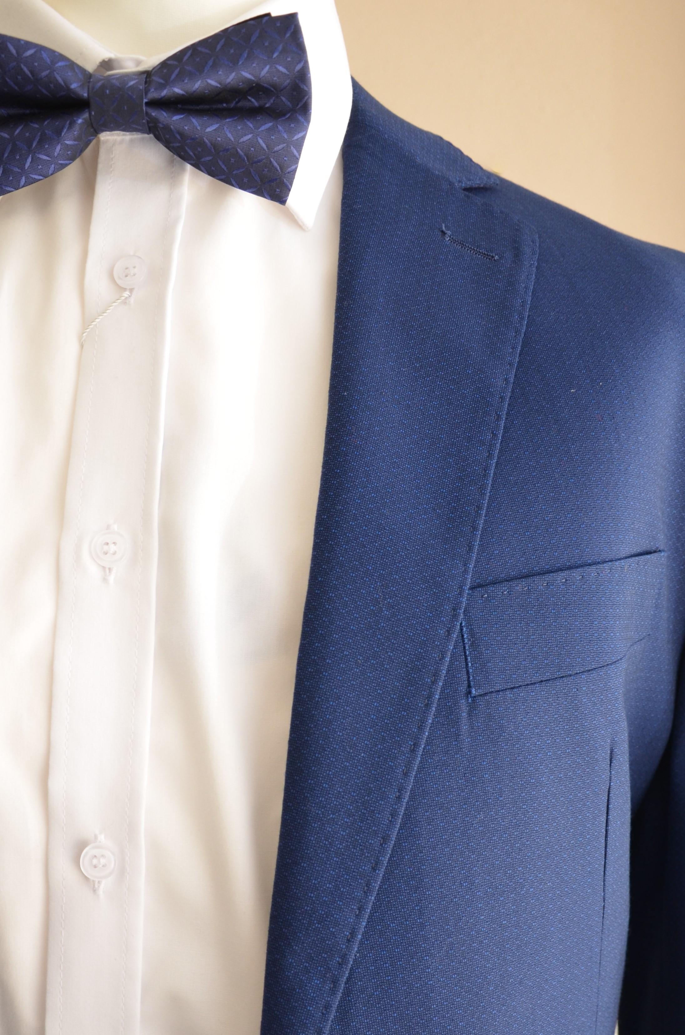 Anzug im intensiven Blauton